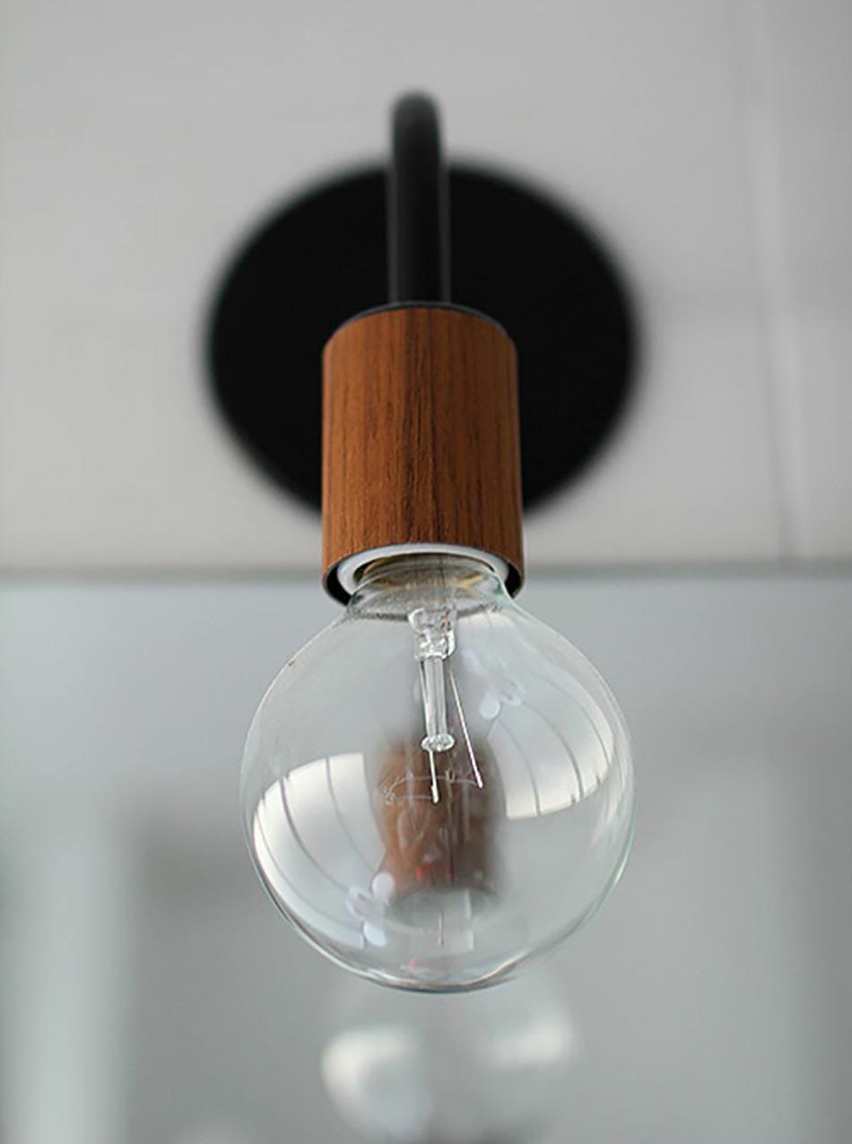 Relooking surprenant et complet d une salle de bain des for Lampe au dessus d une table
