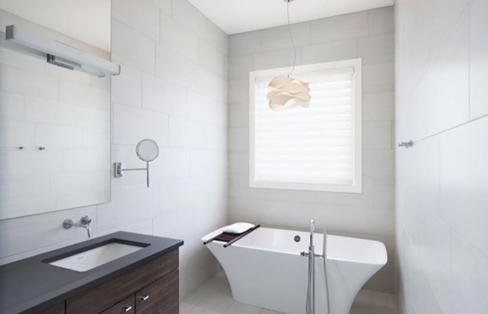 Isoler une fen tre dans la salle de bain design feria - Rideau de salle de bain fenetre ...