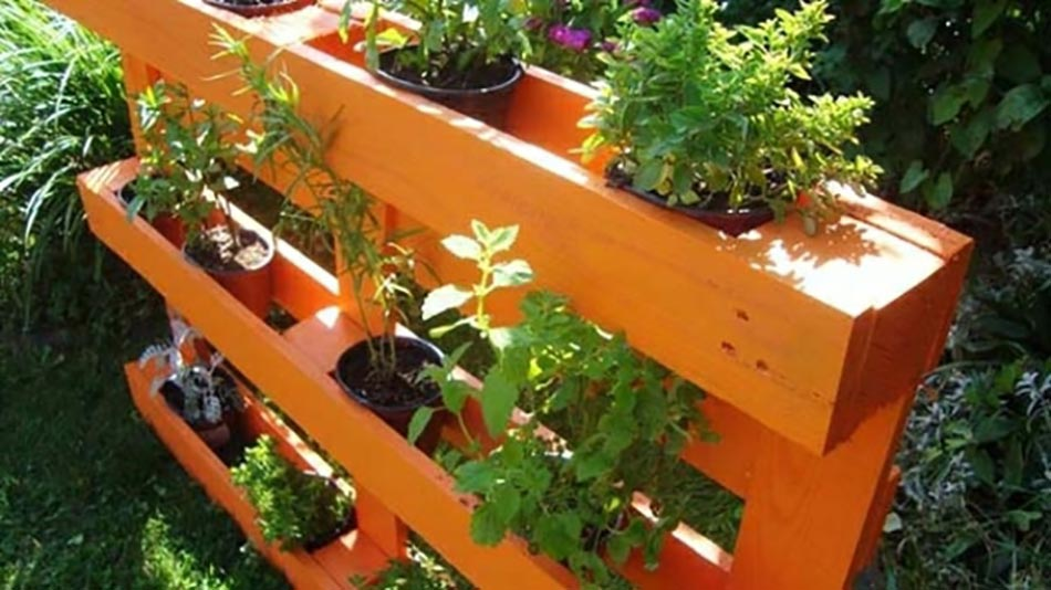Les palettes en tant que mobilier de jardin cr atif - Fabriquer une jardiniere avec des palettes ...