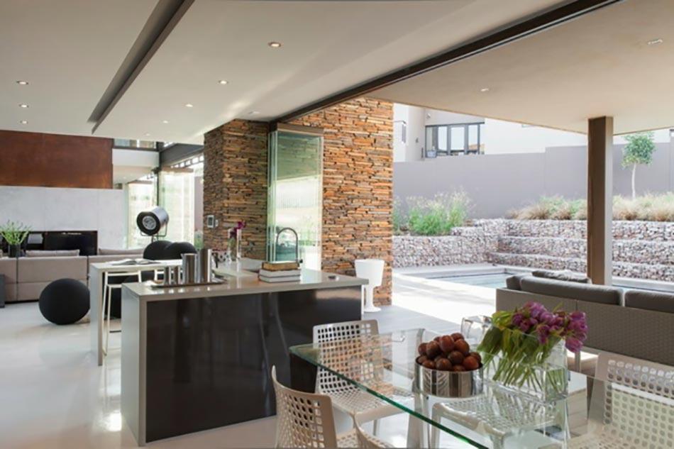 Maison de luxe entre la savane et la civilisation for Open plan kitchen designs south africa