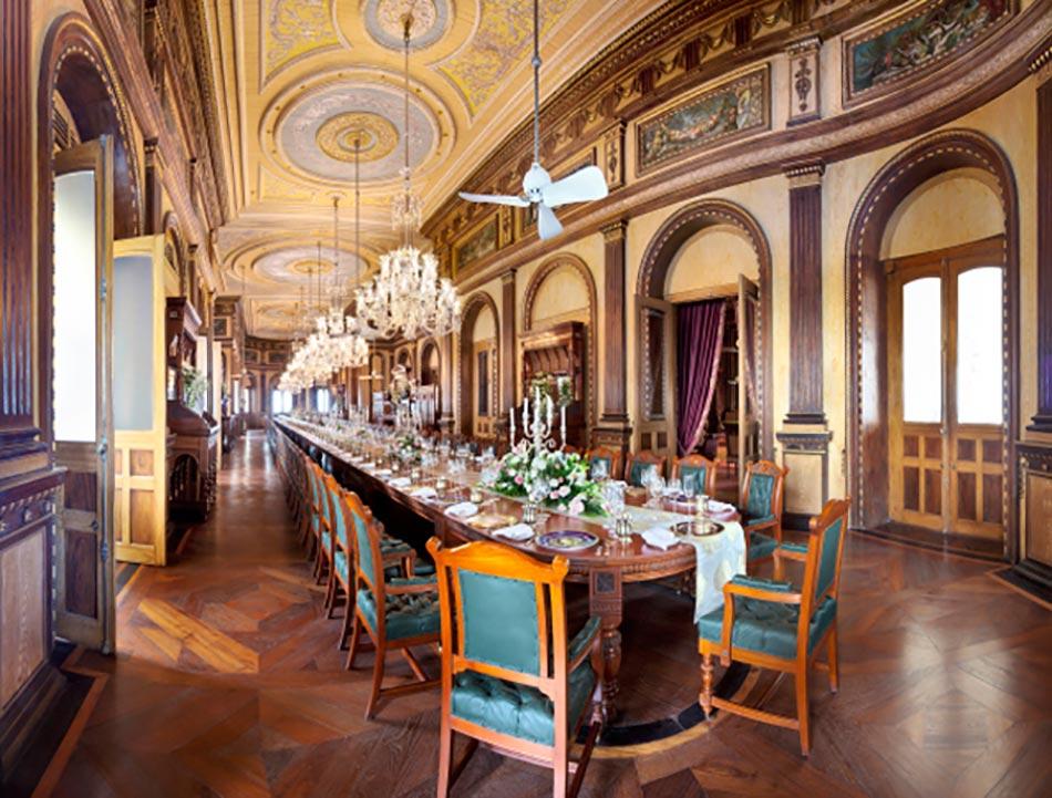 Somptueuse Salle De Banquet. Une Des 45 Chambres De Ce Hotel De Luxe