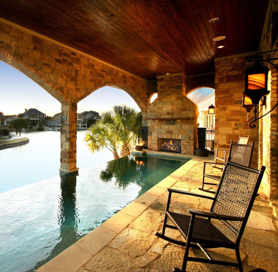 Une chemin e ext rieure c t d une piscine design for Dessus cheminee exterieure