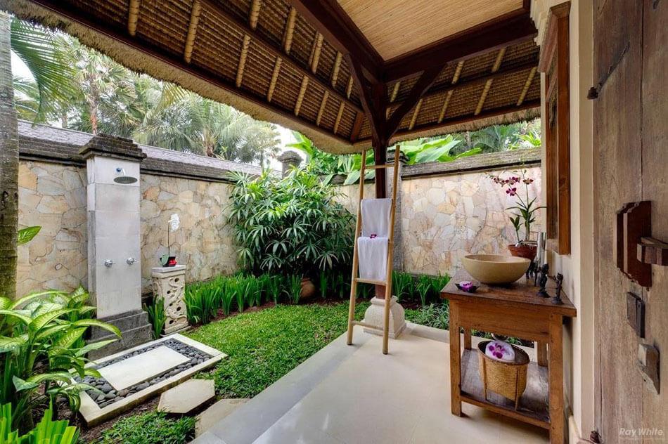 Une Douche Extérieure Dans Lu0027arrière Jardin Du0027une Villa De Vacances Exotique