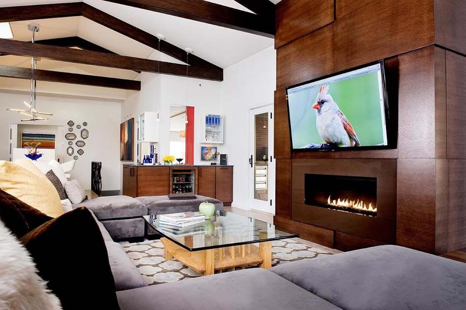 Ameublement design : télé fixée au-dessus d'une cheminée dans le ...