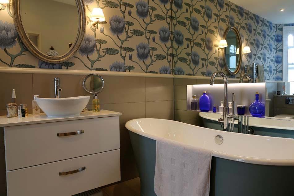 baignoire de couleur pour relooker et embellir votre salle de bains design feria. Black Bedroom Furniture Sets. Home Design Ideas