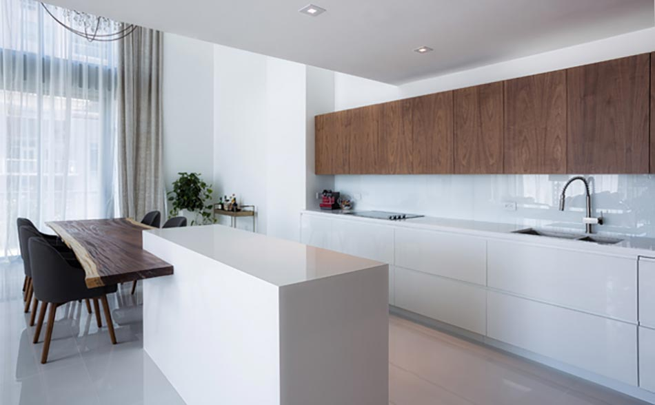 Cuisine minimaliste au design contemporain en blanc for Cuisine design appartement