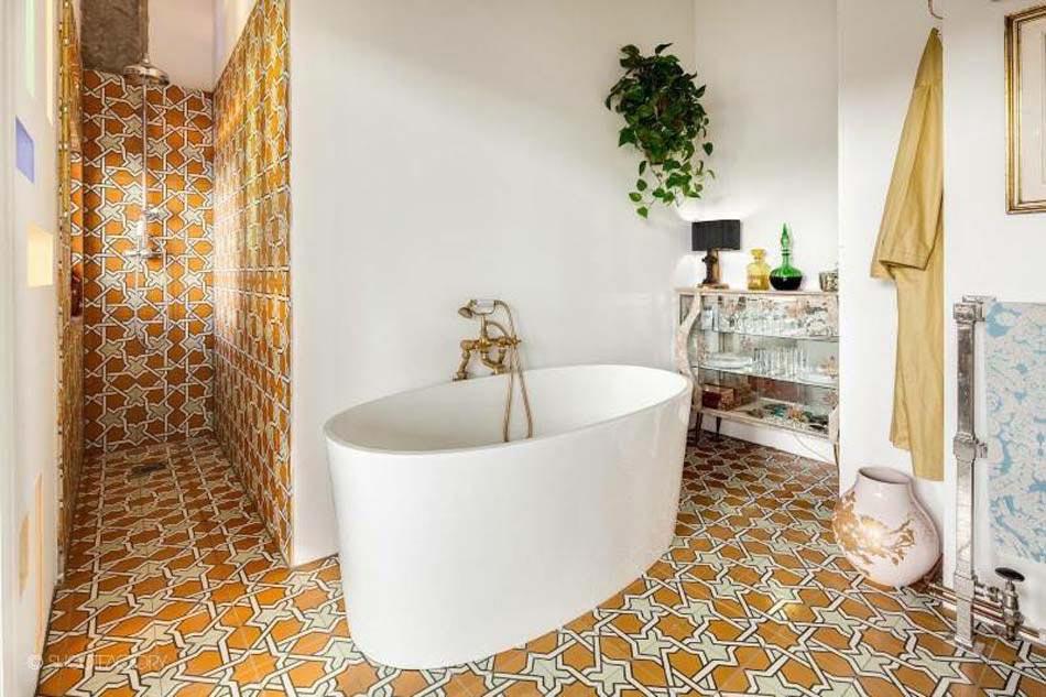 carrelage design l inspiration g om trique pour la salle de bains design feria. Black Bedroom Furniture Sets. Home Design Ideas