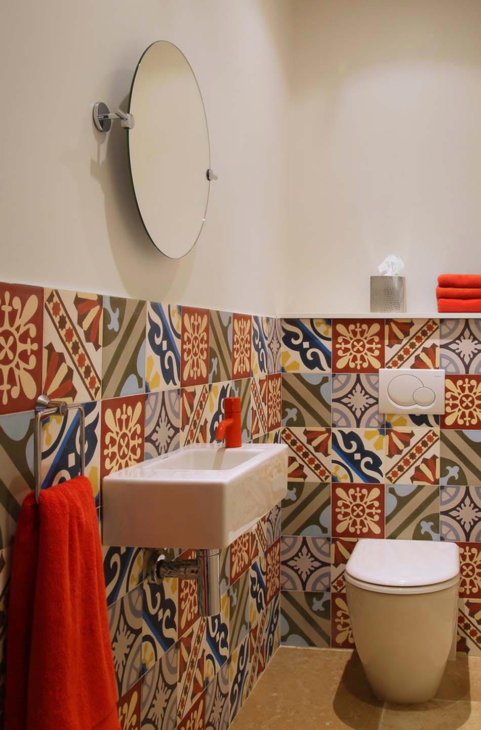 Des WC Originaux Grâce à Leur Carrelage Mural Extrêmement Colorés.  Toilettes Carrelages Géométriques Design