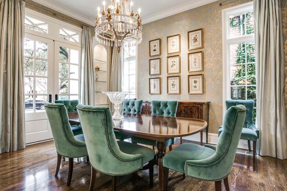 Salle à manger à lameublement traditionnelle avec des chaises en velours vert