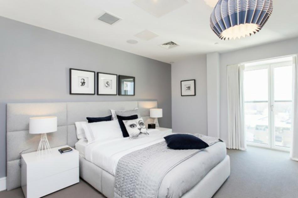 Murs et ameublement chambre tout en gris tendance - Deco chambre adulte gris et blanc ...