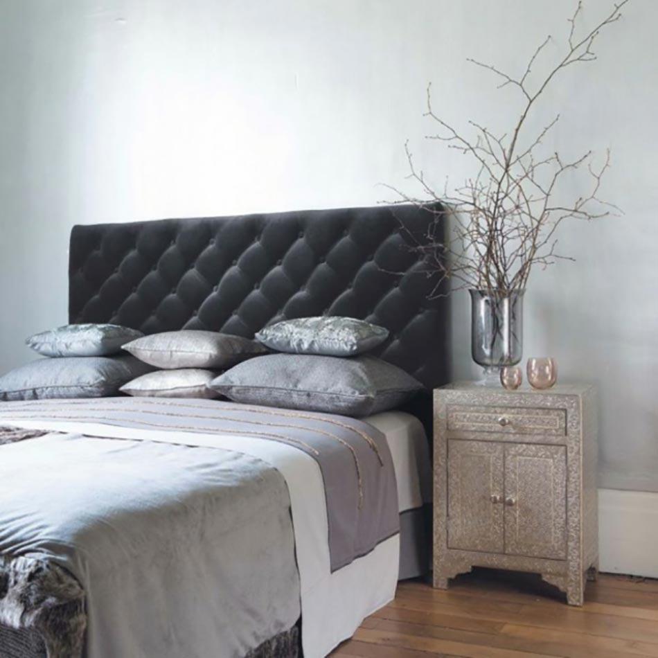 Murs et ameublement chambre tout en gris tendance