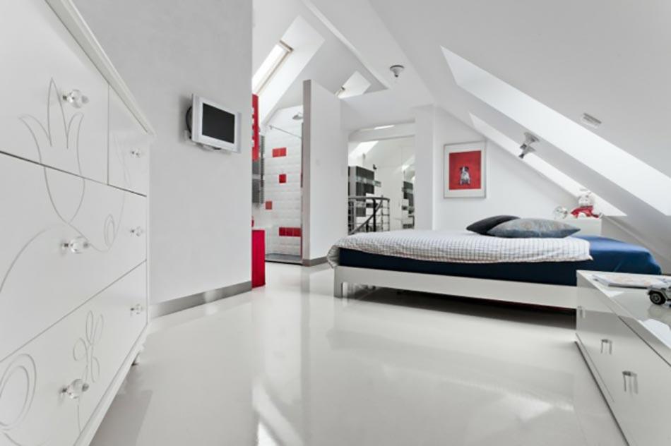 chambre sous toit lameublement moderne en blanc et rouge