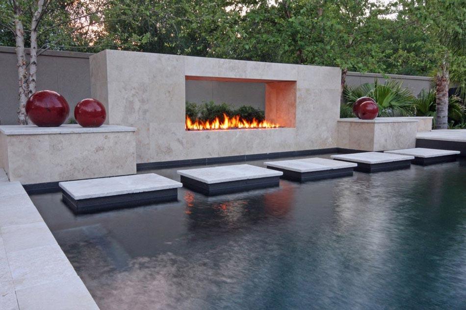 Une Cheminee Exterieure A Cote D Une Piscine Design Outdoor Design