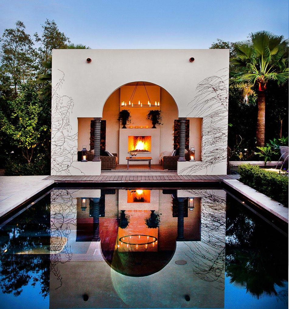 Une cheminée extérieure à côté d\'une piscine design outdoor ...