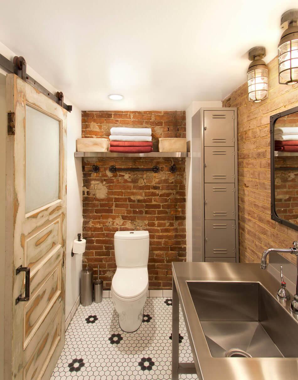 Des toilettes au rez,de,chaussée avec une porte coulissante écaillée et un  meuble haut industriel. toilettes déco originale industrielle casiers  métalliques
