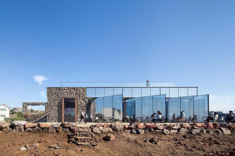 Un caf au design original et l archi minimaliste mettant en valeur le pays - Bain de soleil contemporain ...