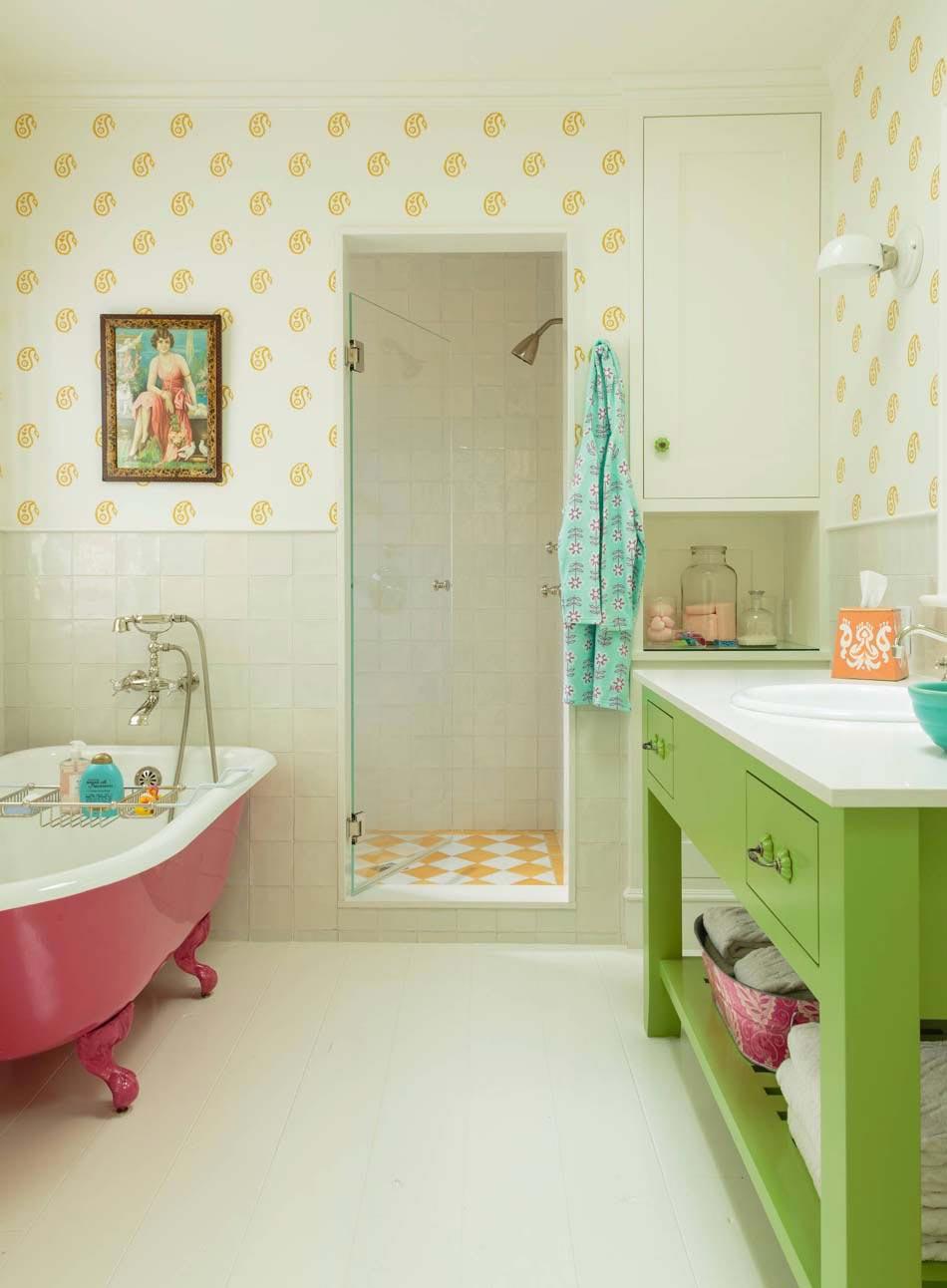teintes gaies pour cette salle de bain en rose bonbon et vert anis - Salle De Bain Baignoire Rose