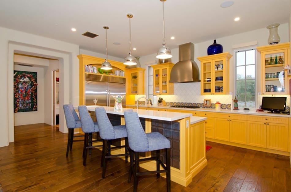 ambiance accueillante et conviviale dans une cuisine jaune design feria. Black Bedroom Furniture Sets. Home Design Ideas