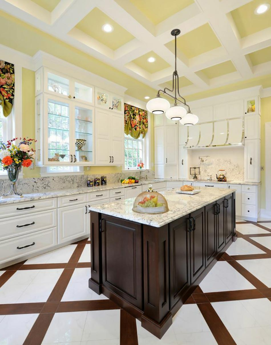 Ambiance accueillante et conviviale dans une cuisine jaune ...