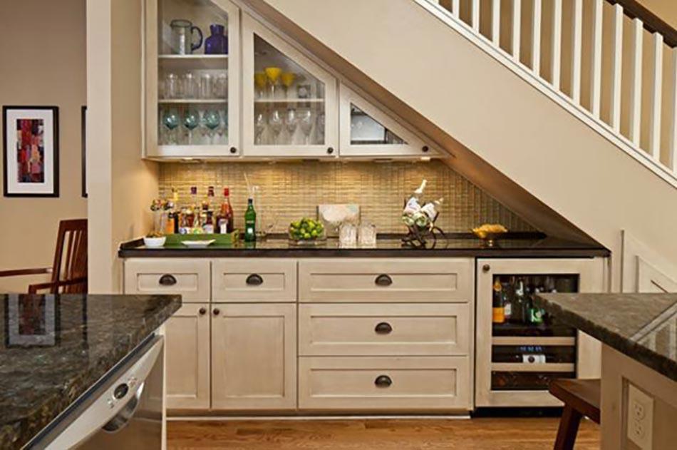 Cuisine design sous l escalier voir design feria - Idee de rangement sous escalier ...