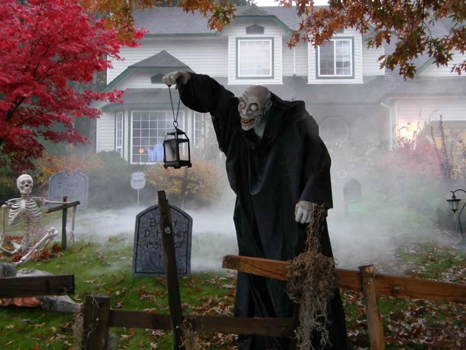 maison lugubre décoration Halloween fenêtres. Faire peur avec un personnage  sorti tout droit d\u0027un film d\u0027horreur des années 80