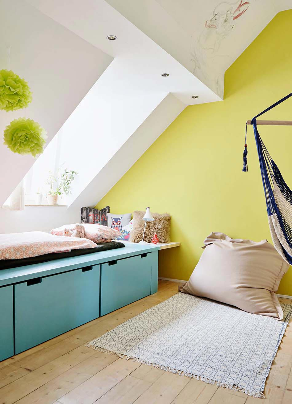 Rangement des jouets au design ludique pour une chambre d - Chambre avec plafond en pente ...