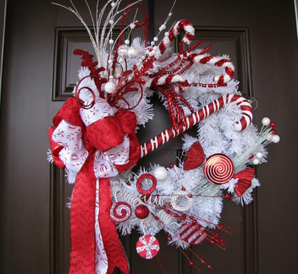 13 d coration de no l pour la porte d entr e design feria for Decoration porte rouge