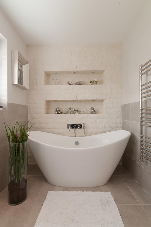 Salle de bain rustique gr ce au mur en pierre cr atif for Pierre pour salle de bain