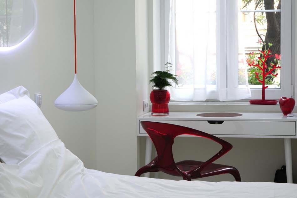 Contraste Prononcé Entre Le Blanc Et Le Rouge Dans La Déco De Ce Bel  Appartement Moderne
