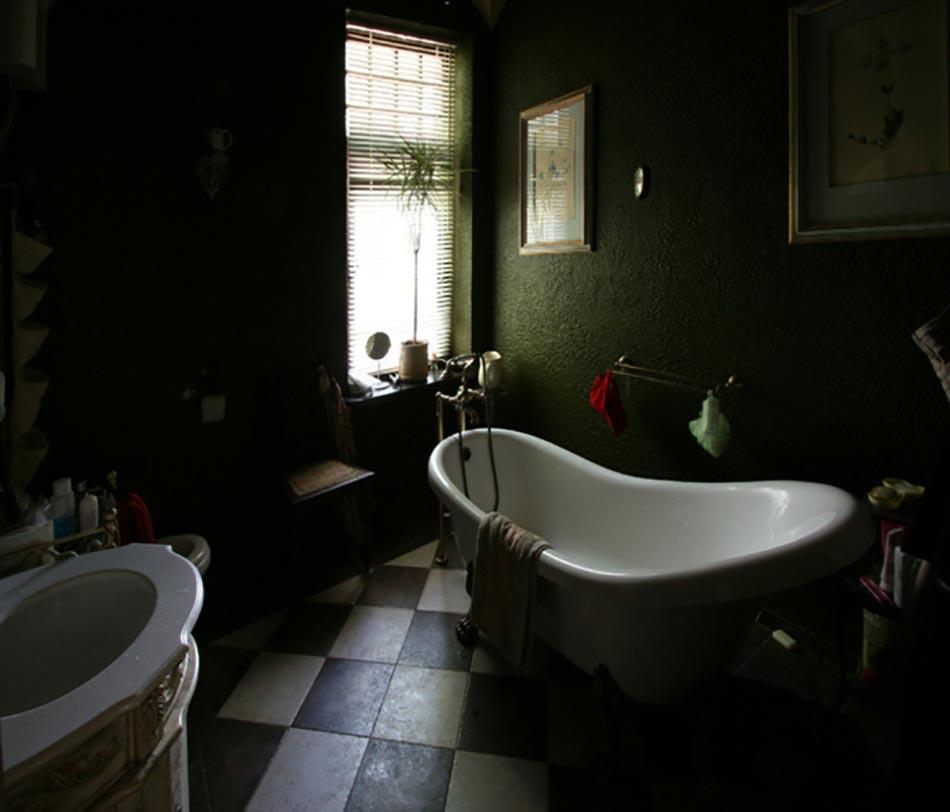 des teintes sombres pour une salle de bain moderne