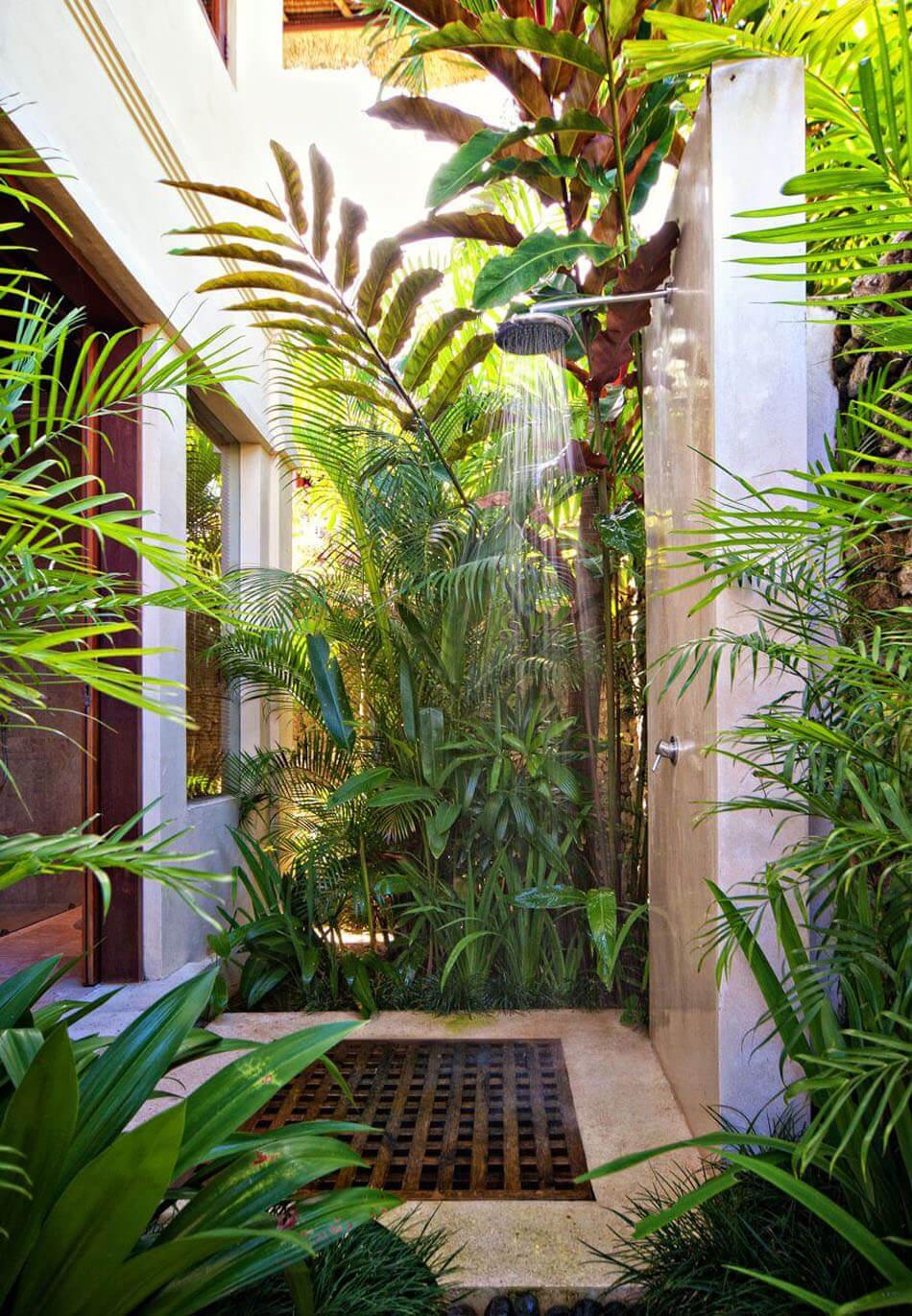 Verdure Et Bois Exotique Pour Cette Belle Douche Extérieure Du0027une Villa De  Vacances