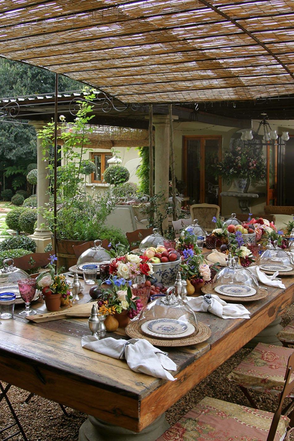 Recevoir Les Invités En Plein Air Avec Une Belle Table Parmi Une Végétation  Verdoyante
