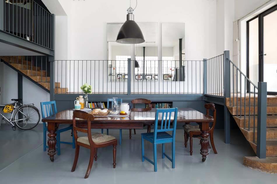 Les chaises d pareill es qui gayent l ambiance de la salle manger moderne design feria - Tavolo con sedie diverse ...