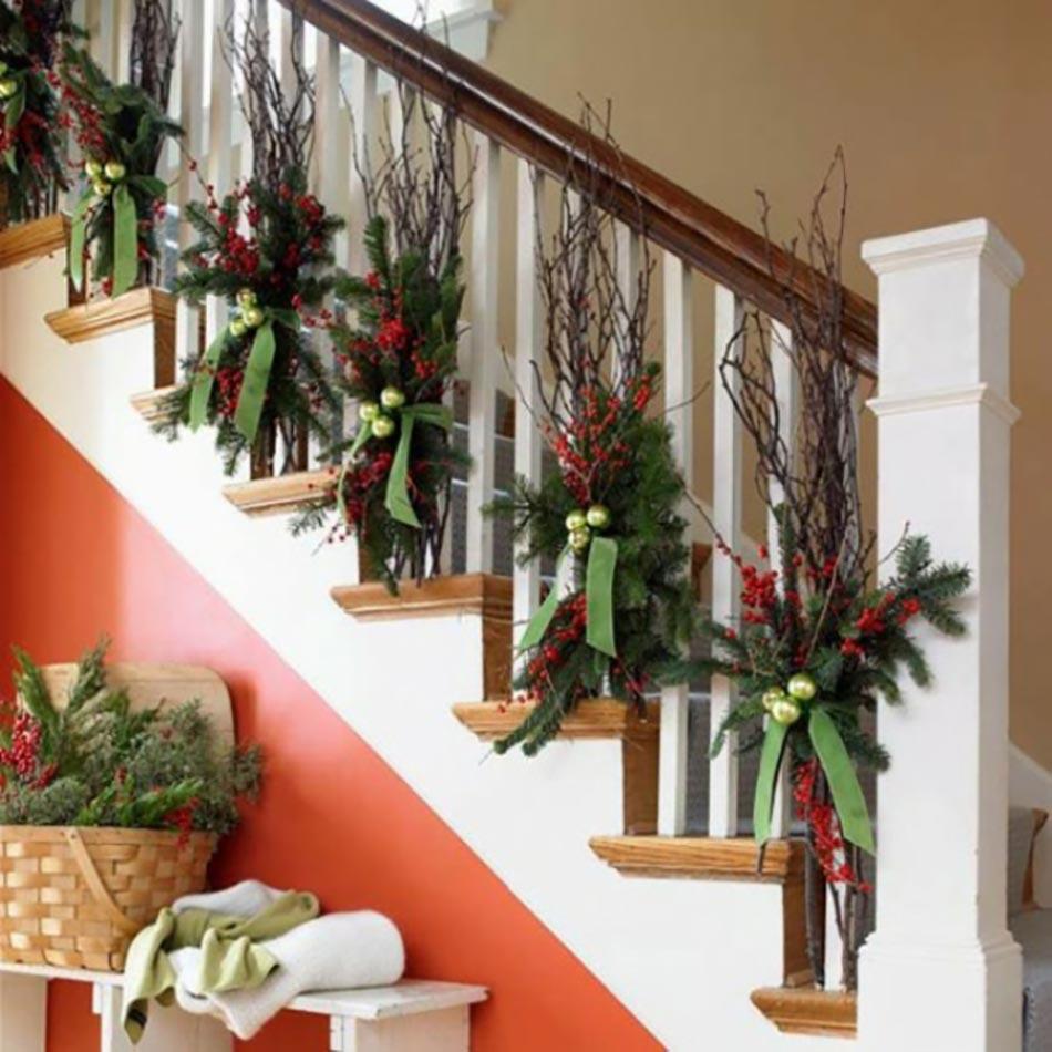 D coration de no l pour un int rieur en rouge design feria - Decoration escalier interieur maison ...