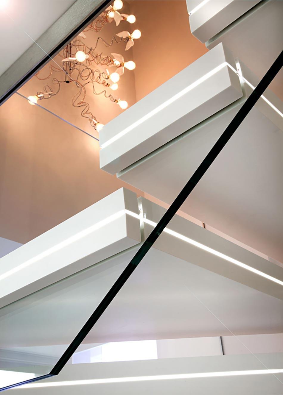 Beau Les Marches De Lu0027escalier Luxio Vues De Près. Escalier Design Marbre Blanc  Lumineux Original