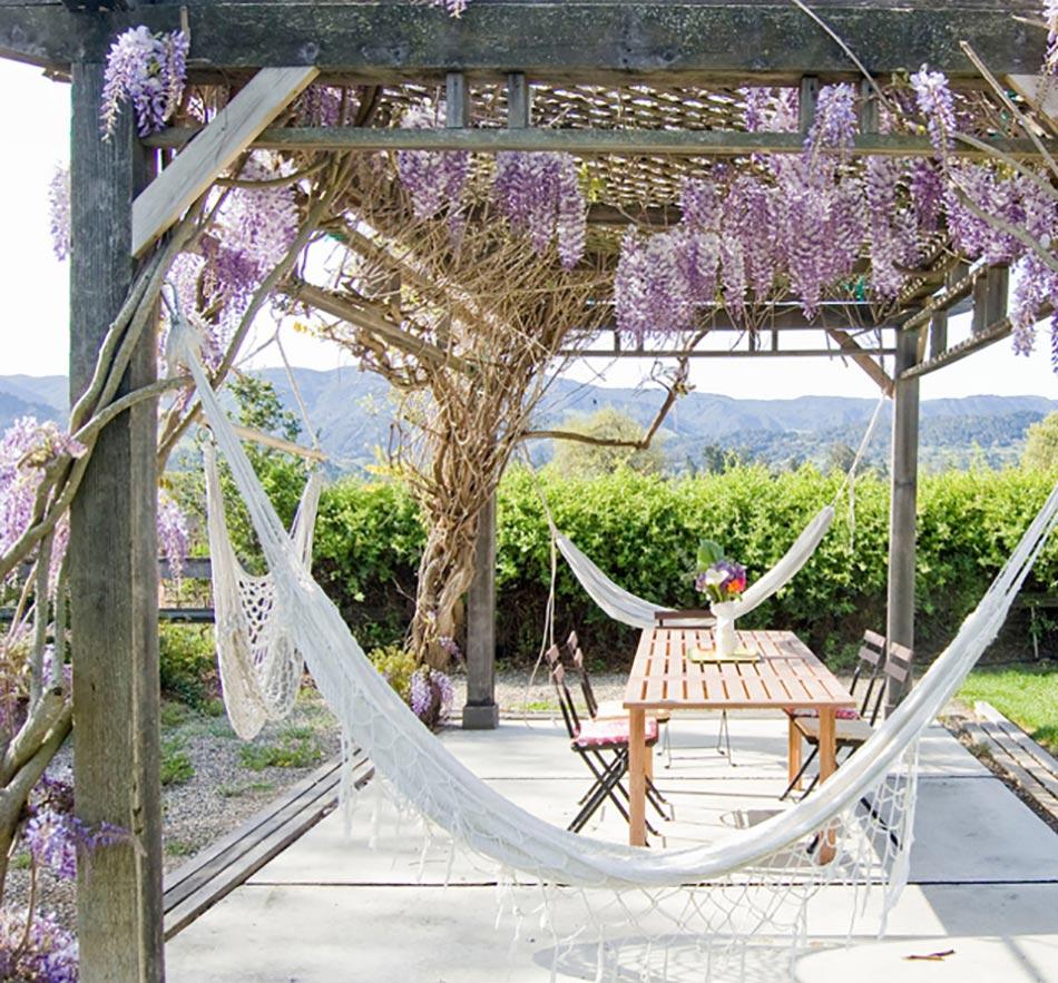 espace outdoor décorés avec fleurs glycines