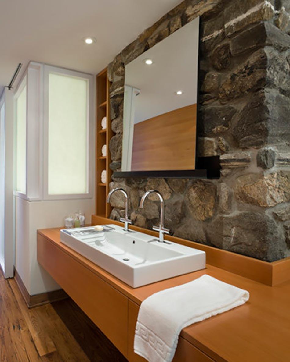 Salle de bain rustique gr ce au mur en pierre cr atif for Salle de bain reims