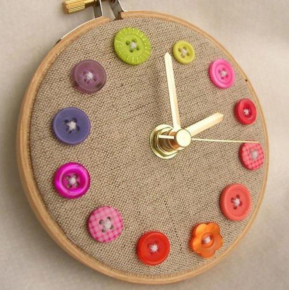 Superieur Grâce Aux Boutons En Plastique On Peut Réaliser Une Horloge Différente Et  Créative