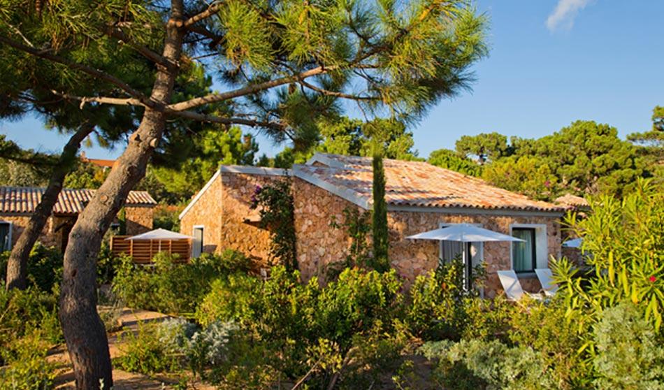 Lu0027hôtel Vu Du0027extérieur Dans Un Petit Bois. Vacances En Corse ...