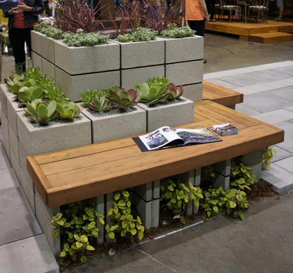Combiner Les Parpaings Et Les Assises En Bois Pour Créer Une Ambiance  Unique. Jardin Parpaings Assises Bois Massif Aménagement Terrasse