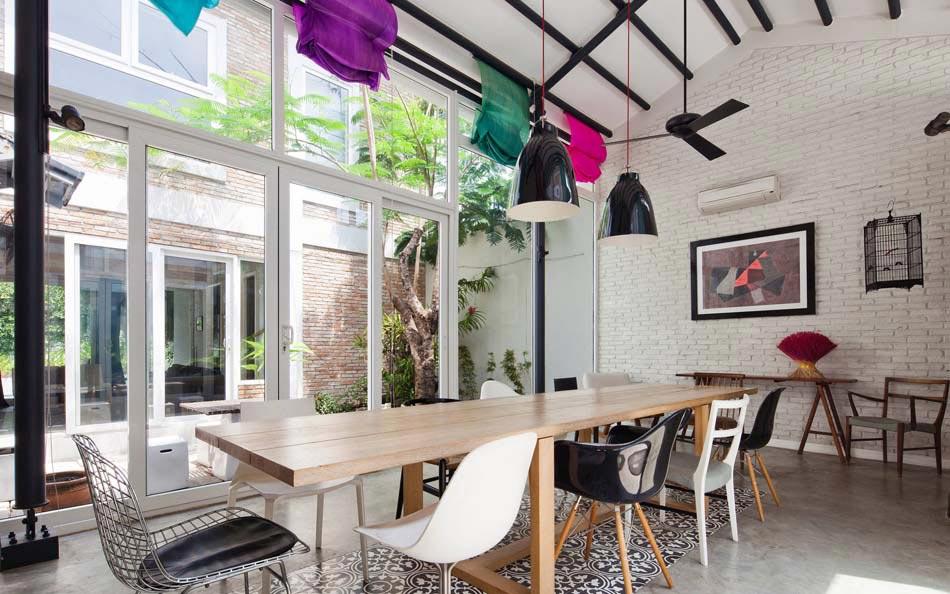 Les chaises d pareill es qui gayent l ambiance de la salle manger moderne - Salle a manger de jardin ...