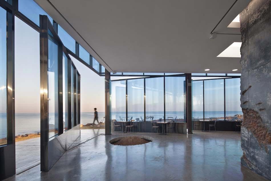 un caf au design original et l archi minimaliste mettant en valeur le paysage environnant. Black Bedroom Furniture Sets. Home Design Ideas