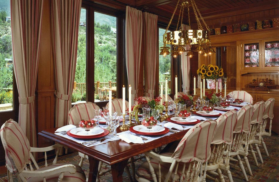 Grande Table De Fête Pour Douze Convives Décorée Sobrement Avec Une  Certaine élégance