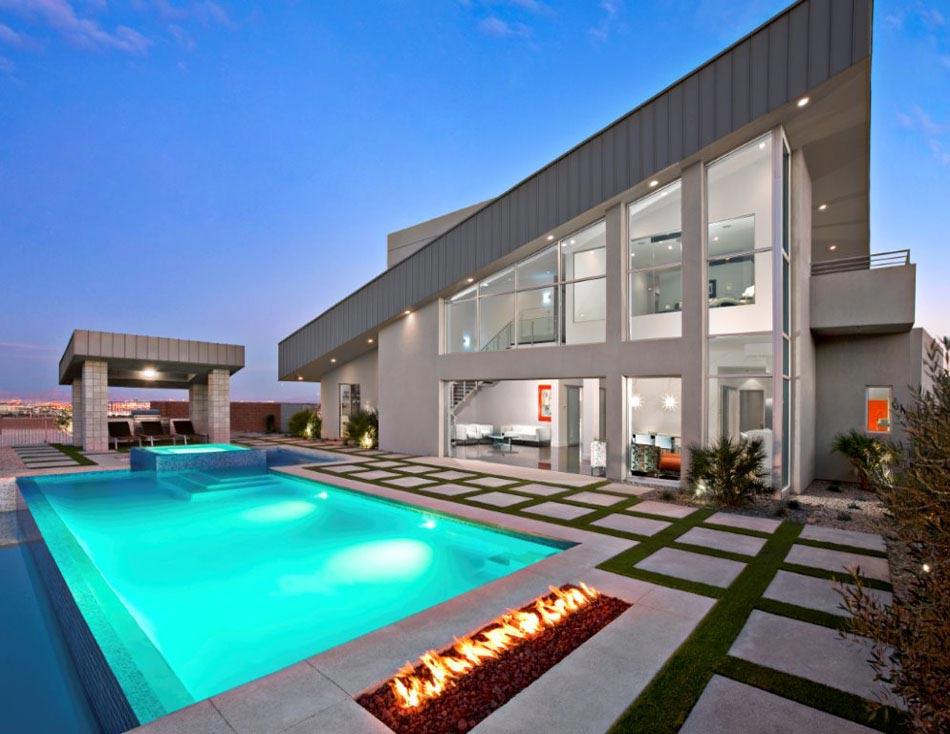 Une cheminée extérieure à côté d'une piscine design outdoor ...