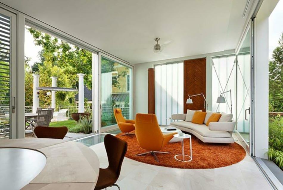 Un salon moderne baigné par la lumière naturelle | Design Feria