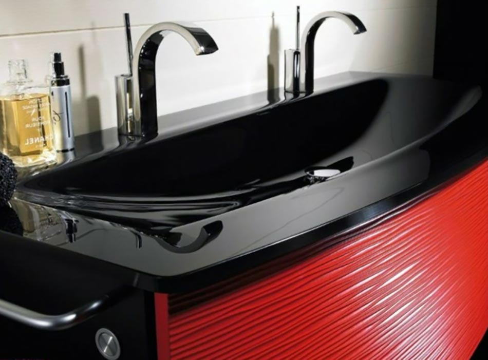 Salle de bain moderne pour une matin e coquette design feria for Salle de bain noir et rouge