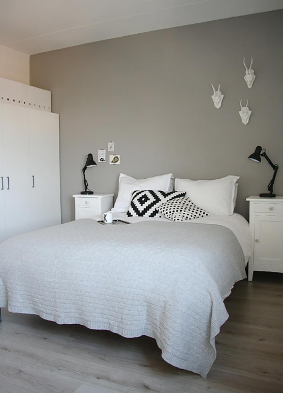 d coration chambre avec mur gris. Black Bedroom Furniture Sets. Home Design Ideas