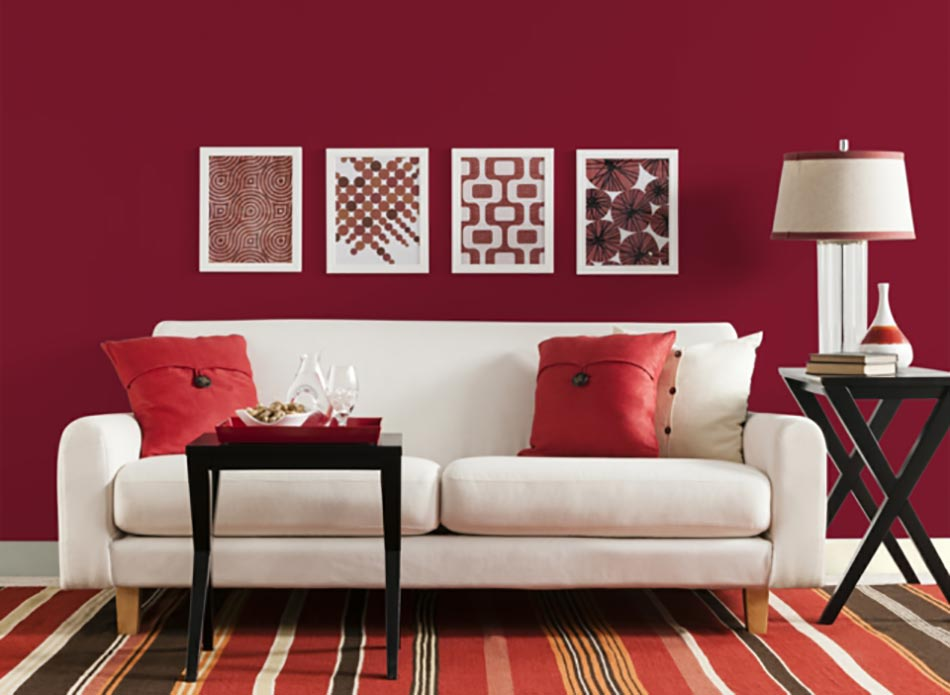 Une d co de salon avec du temp rament chaud en rouge for Deco sejour prune