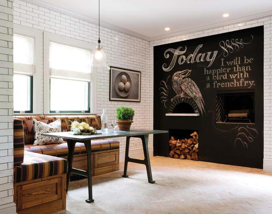 Mur Du0027une Cuisine Rustique Transformé En Géant Tableau Noir à écrire