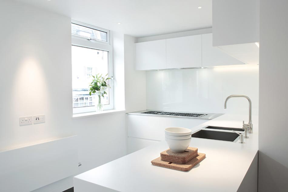 Cuisine minimaliste au design contemporain en blanc for Decoration petite cuisine appartement